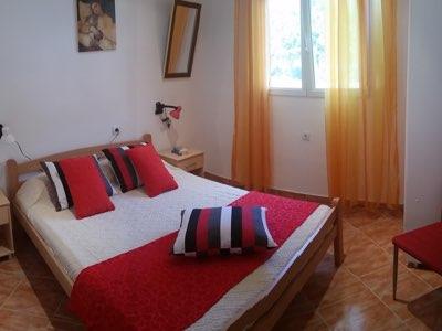 Chambre lit double de l'appartement en location à Budva