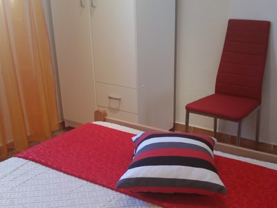 Chambre lit double avec penderie de l'appartement en location à Budva