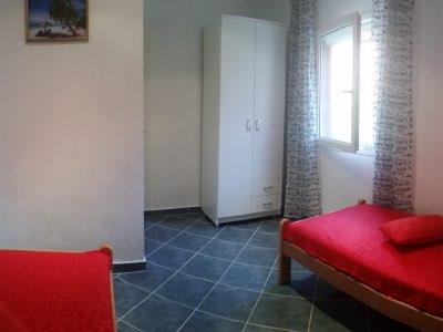 Chambre lits simples avec penderie de l'appartement en location à Budva